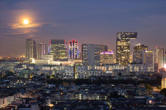 從 Ratchadapisek 眺望的曼谷夜景